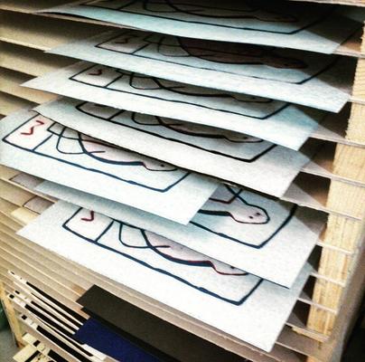 Mit der Handpresse gedruckte Holzschnitte im Trockengestell