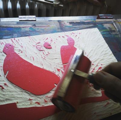 Einwalzen der roten Farbe auf die fertig geschnittene Holzplatte