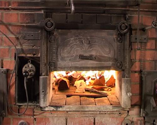 Das Feuer lodert im Holzbackofen
