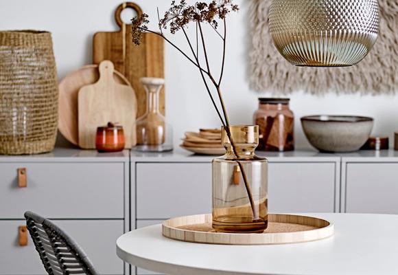 accessoires bloomingville sur table design al intérieurs planche a découper bloomingville contre mur