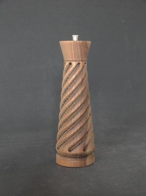 Pfeffer/Stahl,   Robinie spiralgefräst, geräuchert,   ca. 7,5 x 24 cm,   CHF 145.-,    Lieferbar