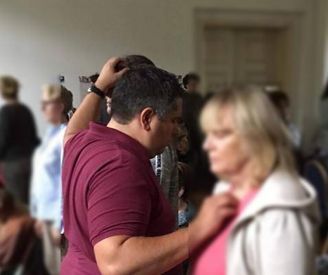 Geistheiler Jesus Lopez legt die Hände auf