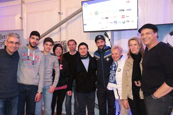 SV98 Mannschaftskapitän Aytaç Sulu (4.v.r.) unterstützt auch unser Team
