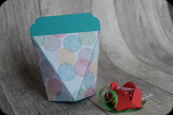 Eine selbstschließende Box und eine Mon-Cherie-Blüte von Andrea