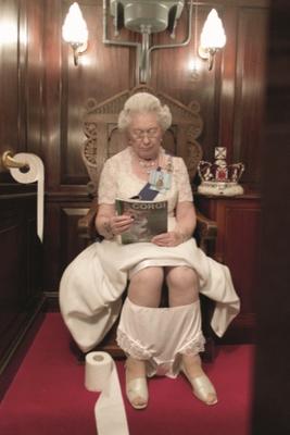 ALISON JACKSON, Queen on Loo, C-Print, 75x105cm