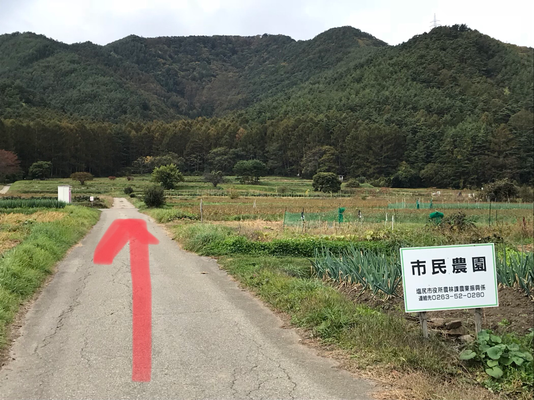 Please walk straight and turn right where you see temporary WC. (直進して仮設トイレのところを右折)