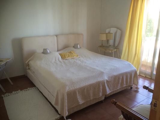 slaapkamer voorzijde met balkon-dormitorio frente con balkon- bedroom frontside with balcony