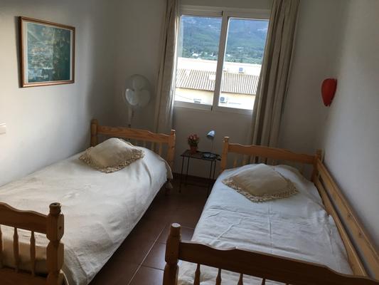 slaapkamer achterzijde-dormetorio trasero- bedroom behind