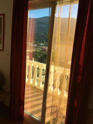 deur naar balkon achter-puerta al balcon detras-door to balcony behind