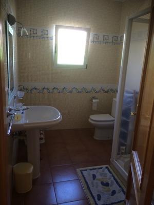 badkamer bij 4 personen-  salon de bano por 4 personas-bathroom for 4 persons