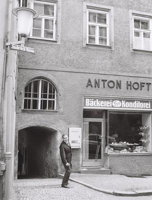 Anton Hoft (III.) vor Filiale in der Innbrückgasse