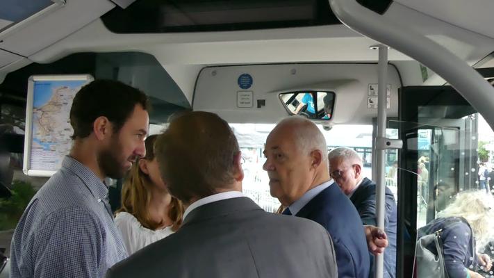 Les responsables de Keolis Saint-Malo présentent le système billettique à Claude Renoult.