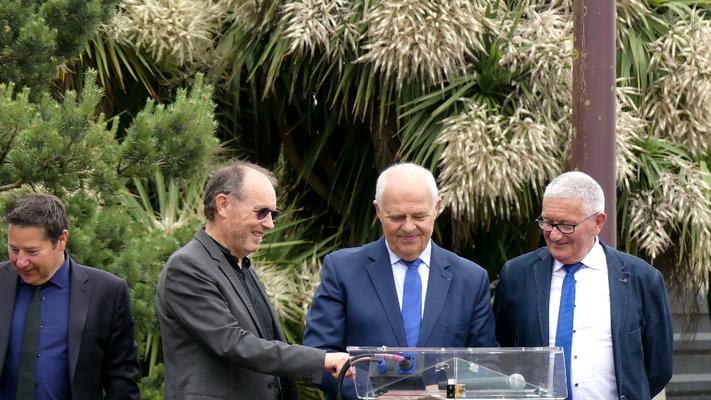 René Bernard, Claude Renoult et Gérard Lahellec s'apprêtent à dévoiler la nouvelle livrée du réseau.