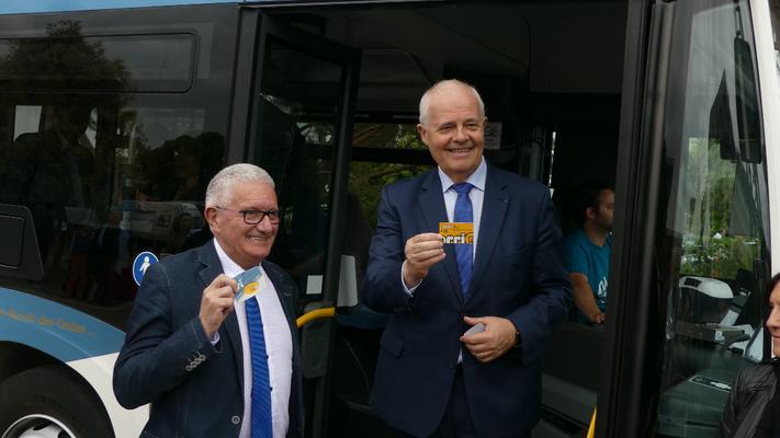 Claude Renoult et René Bernard présentent les nouvelles cartes KorriGo du réseau MAT.