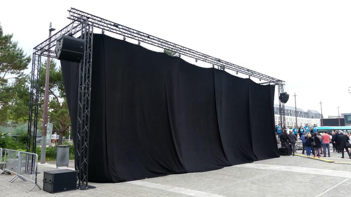 Le Mercedes Citaro 2 N no 88 est masqué derrière un rideau noir avant d'être dévoilé au public.