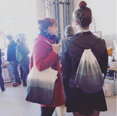 Dos mujeres en una tienda.