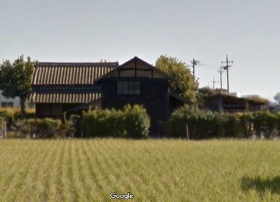 さらに水田をへだてた建物です