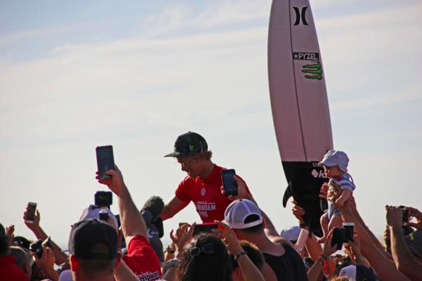 Der 2016 World Champion of Surfing und Hawaiian Pro Gewinner John John Florence