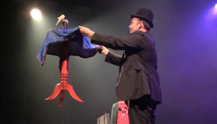 Magicien-spectaclepourenfants-Spectacledemagie-magicienpourenfant-Spectaclefamilial-École-ALSH-Centredeloisirs-Camping-CE-Tours-Indretloire-RégionCentre-Iledefrance-