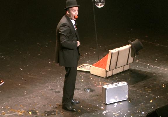 Spectacledemagie-Magicien-interactionpublic-magicien-mime-spectaclepourenfants-theatre-centredeloisirs-CE-marionnette-Tours-Blois-Poitiers-Chateauroux-Angers-Indreetloire-regioncentre-Luciolespectaclesproduction