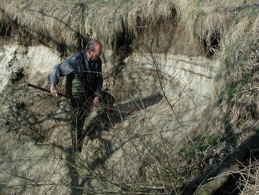 Kurt Scholz beim Abstechen einer Wand