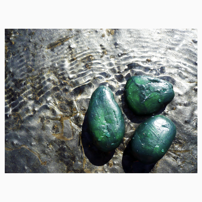 Fotoserie für Flyer und Webauftritt | Tools: Kieselsteine, Acrylfarbe, Pinsel, Kamera