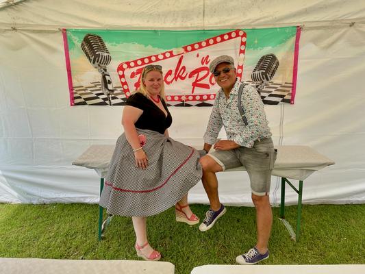Steffi und Frank in zeitgenössischem Rockabilly-Outfit.