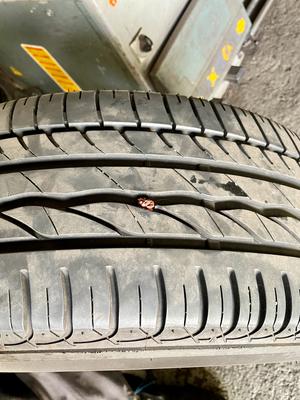 Dichtband schaut raus. Bleibt so. Fährt sich ab. Danach wieder 3,2 bar auf den Reifen packen und fertig:-)