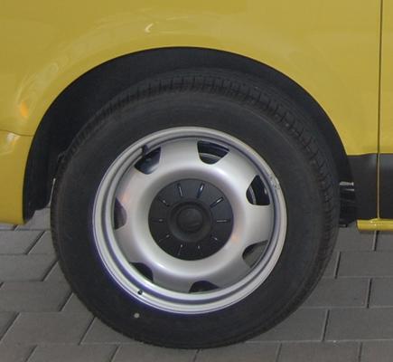 Sommerreifen auf Stahlfelge beim Bus-Kauf im Detail.