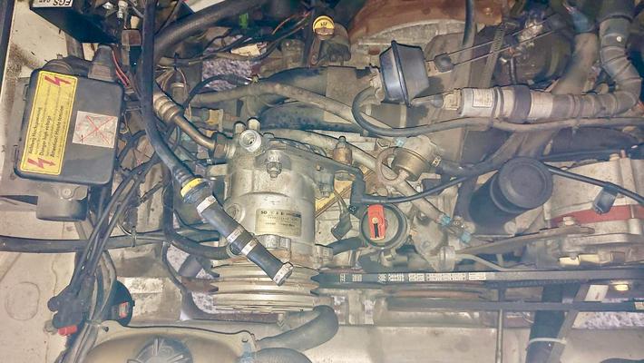 Kompressor ist bereits im Motorraum eingebaut.