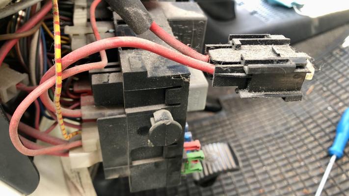 Bis auf ein Kabel wurde keines zerschnitten. Manchmal sind die Steckerverbindungen sogar VW-Plug-and-Play-Standard.