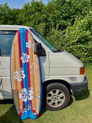 T4 mit aufblasbarem Surfbrett.