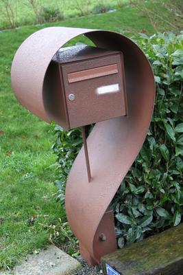 CMC Métallerie Avranches(50)-Support de boîte aux lettres thermolaqué aspect rouillé