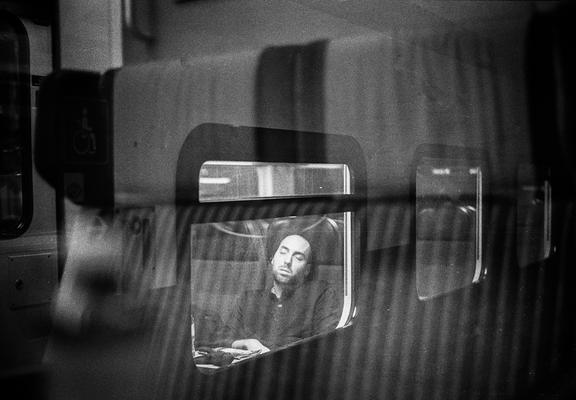 Schlafender Mann im Zug der SBB, Nikon F80
