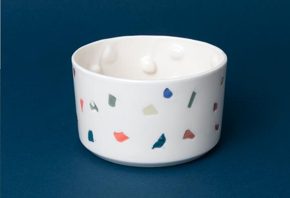 In Zürich gebrannt, überall geliebt: Porzellan mit farbigen Einschlüssen.