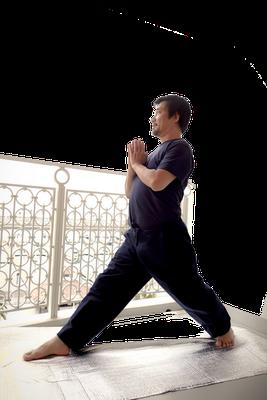 ④上体と腰を右に90度回転する、つま先も