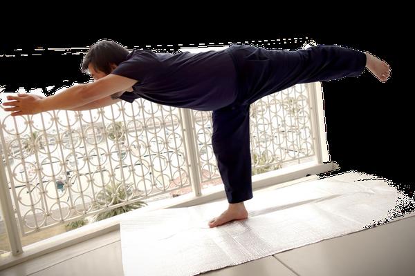 ⑨ 右足で体重を支えながら 前を見る 背中と脚を一直線に伸ばす