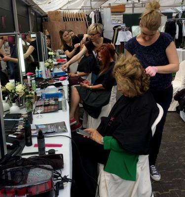 Susan macht sich gerade an den Haaren von Michaela May zu schaffen.