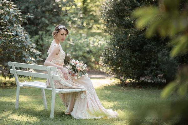 Brautkleid mit aufgearbeiteter dreidimensionaler Blütenspitze (Foto Finkengrafie Dresden)