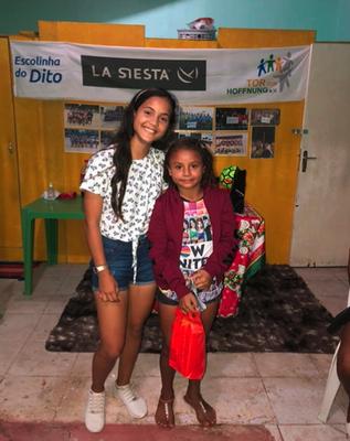 Auf dem Bild sehen wir Mirela, 17 Jahre alt, und Ana Quércia (Martinha), 9 Jahre alt. Highlights der Mädchen unseres Projektes im Sand. Mirela hat bereits einen Studienplatz für das Jahr 2021 an der UniAteneu bekommen, um zu studieren und weiter zu spiele