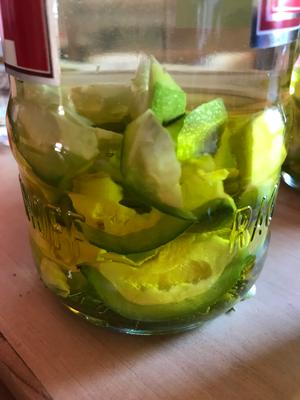 Die kleingeschnittenen Walnüsse im Wodka