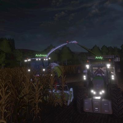 Die einbrechende Dunkelheit hält den Häcksler niucht auf. Stattdessen wird direkt noch ein zweites Feld abgeerntet.