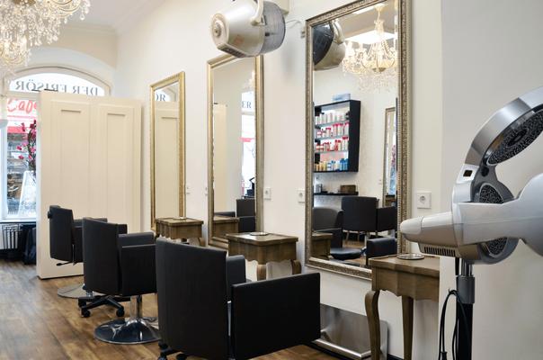 """Kundenplätze vor Spiegel auf der rechten Seite im Friseursalon """"CUT!- Der Frisör"""" in Winnenden."""