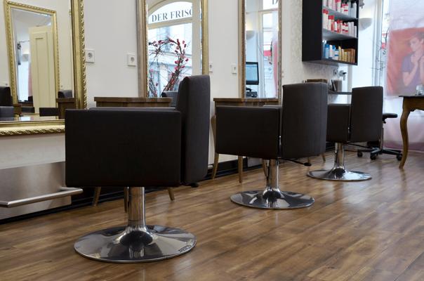 """Kundenplätze und Boden vor Spiegel auf der rechten Seite im Friseursalon """"CUT!- Der Frisör"""" in Winnenden."""