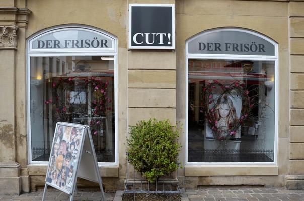 """Blick von der Marktstraße auf die Aussenansicht des Friseursalons """"CUT!- Der Frisör"""" in Winnenden."""
