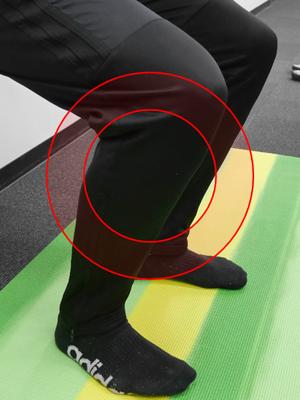 つま先よりも膝は常に後ろです。バランスに注意しましょう。