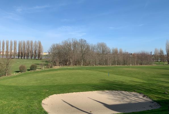 Genießen Sie den herrlichen Blick über den Golfplatz auf den Rhein