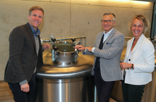 Im Bild von links: Firmenchef Josef Sigl WKS-Präsident KommR Peter Buchmüller und Sabine Wolfsgruber vom Umweltservice Salzburg.