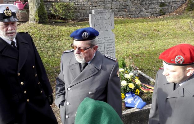 Nachdenkliche Reservisten nach der Ehrung am Fliegergrab. (Bild: Bernd Seitz)