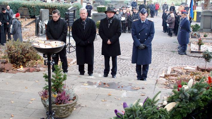 Kommandeur Marke Dietzmann (rechts), Bürgermeister Markus Günther (zweiter von rechts) sowie Vertreter des VdK und des SoVD nahmen beim Volkstrauertags vor dem Kriegerehrenmal zu einer Schweigeminute Aufstellung. (Bild: Bernd Stiglmeier)